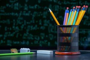 terug naar schoolachtergrond met potloden in potloodhouder. foto