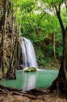 erawan waterval, erawan nationaal park in kanchanaburi, thailand foto