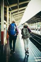 jong hipsterpaar in treinstation. foto