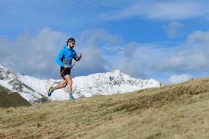een man traint voor ultrarun trail foto