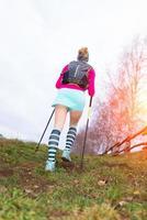 actief meisje oefent wandelen met stokken foto