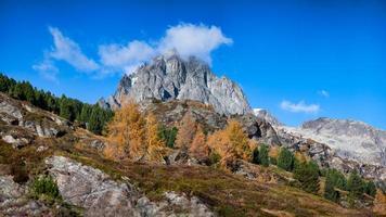 herfstlandschap op de zwitserse alpen foto