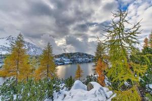 alpenmeer in de herfst met de eerste sneeuw foto