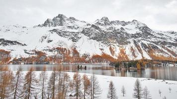 panoramisch landschap van het engadiner dal op de zwitserse alpen foto
