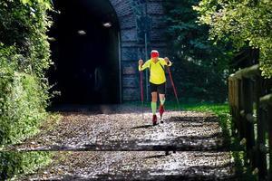 langlaufer wordt in de herfst voorbereid met rolschaatsers foto