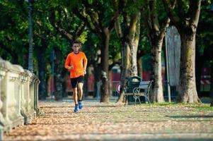race van een atleet van middelbare leeftijd in training foto