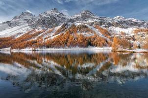 engadin-vallei in zwitserland. herfstweerspiegeling in het meer foto