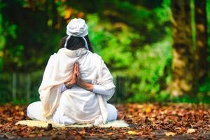 yoga tussen de herfstbladeren in het park foto
