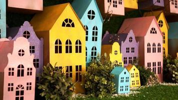 kleine kartonnen kleurrijke huisjes met de hand gemaakt. foto