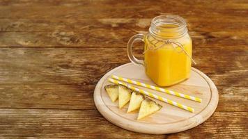 flessen ananassap op een houten tafel. foto
