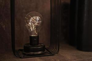 edison gloeilamp op een standaard. een oude decoratieve lamp voor loft foto