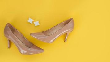 voet siliconen teen separator en beige schoenen. valgus op vrouwelijke voeten foto