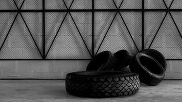 banden magazijn. vier banden op de betonnen vloer foto