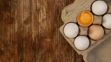 witte eierdoos en gebarsten eihelft met dooier bovenaanzicht foto
