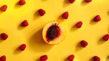 frambozen en perziken voor gezond zomers eten foto
