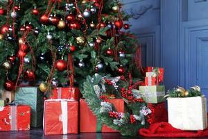 kerstversiering, kerstboom met gekleurde ballen foto