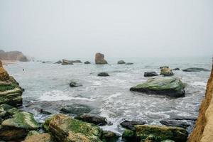 rotsen in de zee vroeg in de ochtend foto