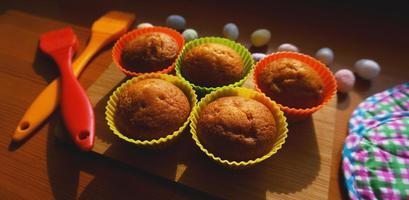 minicakes versierd met eieren, paasdessert foto