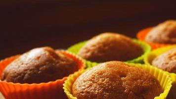 eenvoudige mini muffins in kleurrijke siliconen bakvormen foto