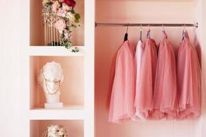 dressing kast met roze kleding op hanger foto
