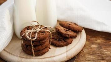 zelfgemaakte chocolate chip cookies en melk foto