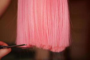 pruik en schaar - roze pruik - kapselachtergrond foto