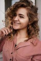 portret van een mooie gelukkige vrouw foto