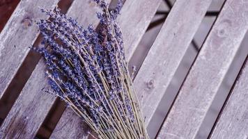 gedroogde lavendeltrossen op houten tafel foto