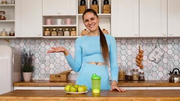 atletische vrouw praat over gezond eten in de keuken en lacht foto