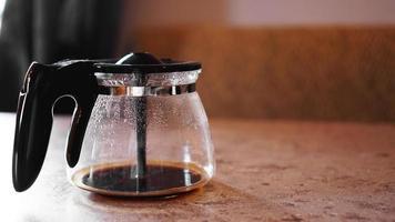 een beetje koffie op de bodem van het koffiezetapparaat. plaats voor tekst foto