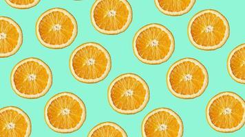 kleurrijk fruitpatroon van verse sinaasappelschijfjes op blauw foto