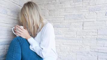 verdrietige of depressieve jonge mooie vrouw foto