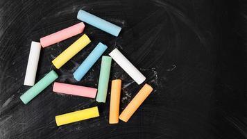gekleurd krijt op een schoolbord. schoolbord met kleurpotloden foto