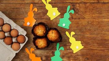 zelfgemaakte muffin met papieren konijnen. muffin en eieren op een houten foto