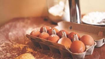ingrediënten voor het bakken van zelfgebakken brood. eieren, meel foto