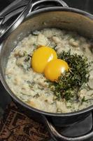 acorda de marisco Portugees traditioneel zeevruchtenbrood en rustieke stoofpotsoep met eieren foto