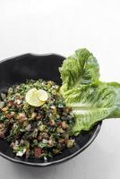 biologische tabouleh traditionele Libanese gemengde verse salade uit het Midden-Oosten foto