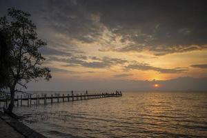 zonsondergang en uitzicht op de pier in kep aan de kust van Cambodja foto