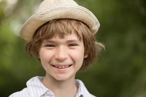 vrolijke blonde jongen foto
