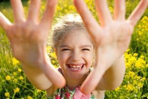 kleine meid die plezier heeft foto
