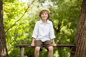 homo jongen in een hoed en shirt foto