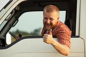 chauffeur laat zien dat alles in orde is foto