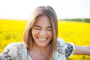 jonge vrouw knipperde met haar ogen van plezier foto