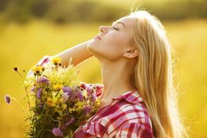 blij meisje met een boeket mooie bloemen foto