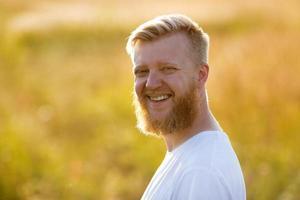 portret van gelukkige vrolijke jonge man foto