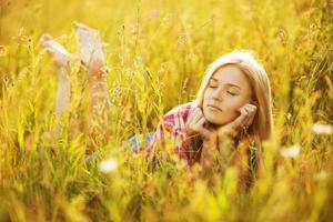 gelukkig meisje dat in het gras ligt foto