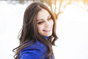 portret van een gelukkig en mooi langharig meisje foto