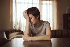 trieste jonge vrouw foto