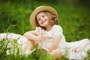 gelukkig meisje met een glas water foto