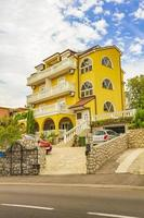 geel residentieel appartementenhotel gebouw crikvenica kroatië. foto